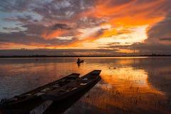 Vue de coucher du soleil de rivière dans rural photos libres de droits
