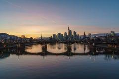 Vue de coucher du soleil de stupéfaction d'horizon financier à Francfort photos libres de droits