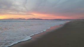 Vue de coucher du soleil sur la plage 4k d'océan banque de vidéos