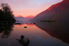 Vue de coucher du soleil à travers Wastwater au grand pignon Images stock