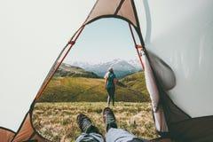 Vue de couples de camping de voyage de l'entrée de tente Image stock