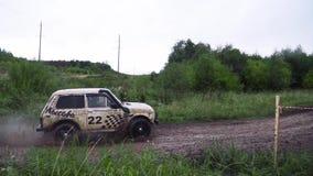 Vue de course de croisement par la boue sur la route rurale Divertissement et concept extrêmes de l'entraînement clips vidéos
