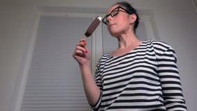Vue de crème glacée de consommation de femme du fond banque de vidéos