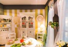 Vue de cuisine dans des lumières de lampe photographie stock libre de droits