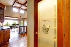 Vue de cuisine et porte d'office au premier plan Photographie stock
