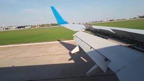 Vue de débarquement d'avions par le hublot des avions Les ailerons d'avions s'ouvrent pour le freinage de débarquement banque de vidéos
