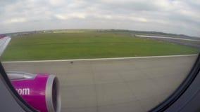 Vue de débarquement de passager d'avion, coupures de terres d'avion d'air de hublot banque de vidéos