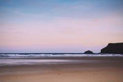 Vue de début de la matinée au-dessus de la plage au vintage rétro Filt de Polzeath Image stock