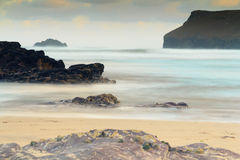 Vue de début de la matinée au-dessus de la plage chez Polzeath Photo stock