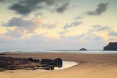 Vue de début de la matinée au-dessus de la plage chez Polzeath Photographie stock libre de droits