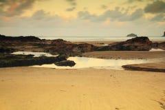 Vue de début de la matinée au-dessus de la plage chez Polzeath Images stock