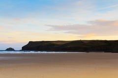 Vue de début de la matinée au-dessus de la plage chez Polzeath Photos stock