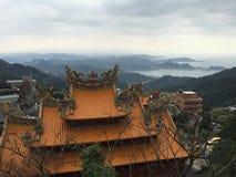 Vue de décoration et de mer de toit de temple à Taïwan Photo libre de droits