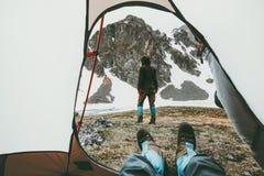 Vue de déplacement campante de couples de l'entrée de tente Photos libres de droits