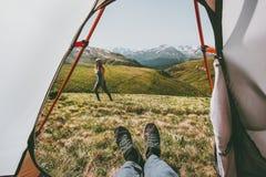 Vue de déplacement de couples de camping de l'entrée de tente Photographie stock libre de droits