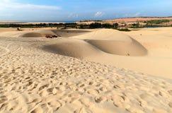 Vue de désert avec la voiture tous terrains Photographie stock