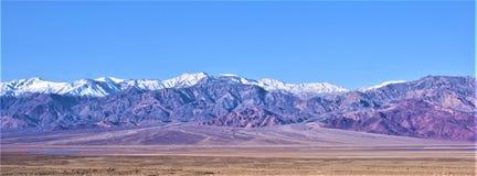 Vue de Death Valley à travers le bassin et la fan alluviale Image stock