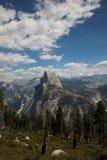 Vue de demi dôme de traînée chez Yosemite photos libres de droits