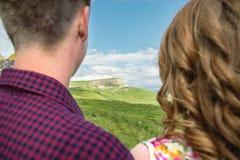 Vue de derrière d'un jeune couple examinant la distance Photo stock