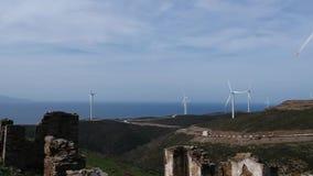 Vue de descente des turbines de vent à la maison ruinée clips vidéos