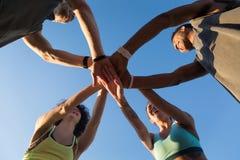 Vue de dessous d'un groupe de personnes sportives dans un petit groupe Images libres de droits