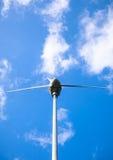 Vue de dessous d'un moulin à vent pour la production de courant électrique out Photos libres de droits