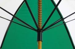 Vue de dessous d'un parapluie vert et blanc Image stock