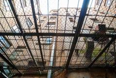 Vue de dessous de cour de prison de kgb à Riga Images stock