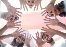 Vue de dessous des amis de sourire montrant leurs mains Images libres de droits