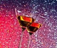 Vue de dessous des verres du cocktail sur la table de barre Photographie stock libre de droits