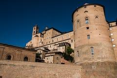 Vue de dessous du palais ducal imposant d'Urbino, Italie, pendant un jour d'été ensoleillé splendide photographie stock libre de droits