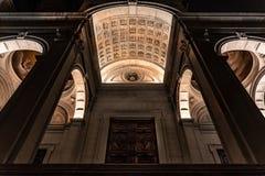 """Vue de dessous de l'entrée principale de la cathédrale Al de Sant """" photos stock"""