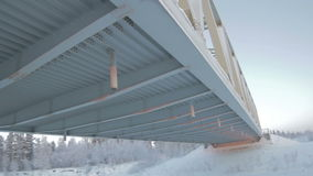 Vue de dessous l'envergure de pont en ciel arctique banque de vidéos