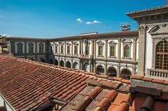 Vue de dessus de toit dans le bâtiment avec le ciel bleu ensoleillé dans la ville de Florence photographie stock libre de droits
