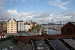 Vue de dessus de toit au-dessus de Helsinki regardant les bâtiments et l'eau photographie stock