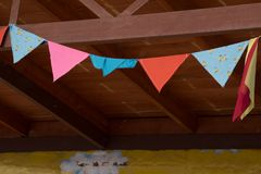 Vue de différentes rangées des drapeaux triangulaires colorés dans une rue française de ville Modèle des bannières décoratives av photos libres de droits