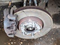 Vue de disque utilisé de frein sur la vieille voiture images libres de droits