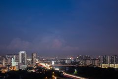 Vue de district des affaires dans Shah Alam avec la route principale pendant l'heure bleue photographie stock