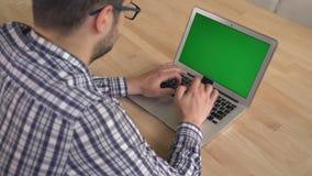 Vue de dos d'ordinateur d'utilisation de jeune homme banque de vidéos
