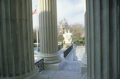 Vue de entre les colonnes du bâtiment de court suprême des Etats-Unis, Washington, D C Image libre de droits