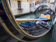 Vue de face étroite d'une gondole à Venise Photographie stock