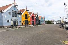 Vue de face colorée de maisons Les Pays-Bas - Zoutkamp photos stock