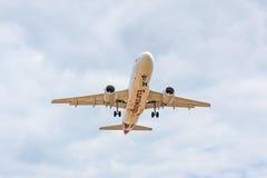 Vue de face d'avion, approche d'atterrissage, ligne aérienne Eurowings Photos stock