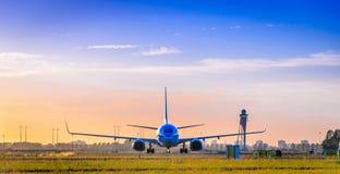 Vue de face d'avion commercial au coucher du soleil avec un bon nombre d'espace de copie Photographie stock libre de droits