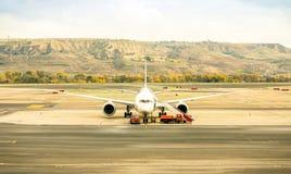 Vue de face d'avion moderne à la porte terminale prête pour le décollage Photos stock