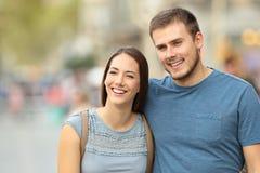 Vue de face d'un couple marchant sur la rue Photos libres de droits