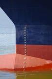 Vue de face d'un grand bateau dans un port Photographie stock libre de droits