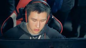 Vue de face d'un jeu d'homme tout en se reposant dans un fauteuil clips vidéos