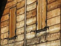 Vue de face d'une carlingue en bois de montagne photo libre de droits