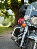 Vue de face d'une moto debout image stock